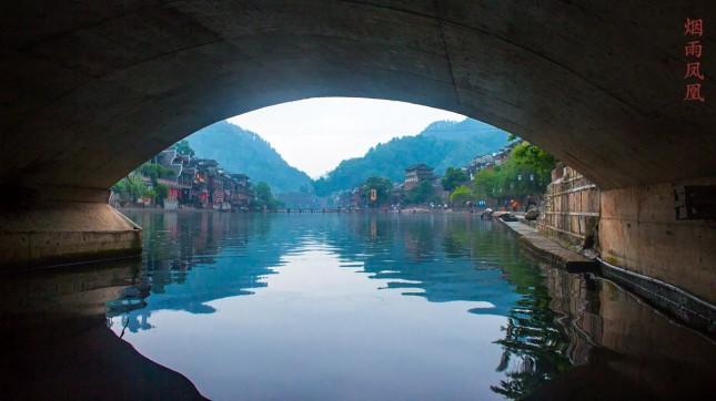 มองลอดสะพาน Snow bridge ของเมืองเฟิงหวง ได้มุมมองไปอีกแบบ